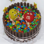 Торт с M&M и кит-кат