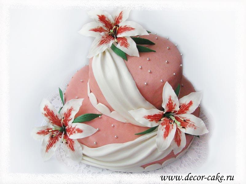 Торт с лилиями из мастики и драпировкой